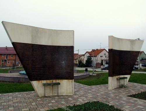 Spomenik na Trgu žrtava Ovčare