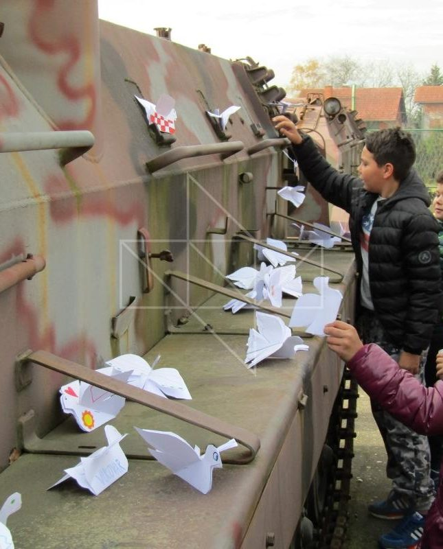 Radovi učenika OŠ Nikole Andrića - Papirnate golubice krase vanjske eksponate