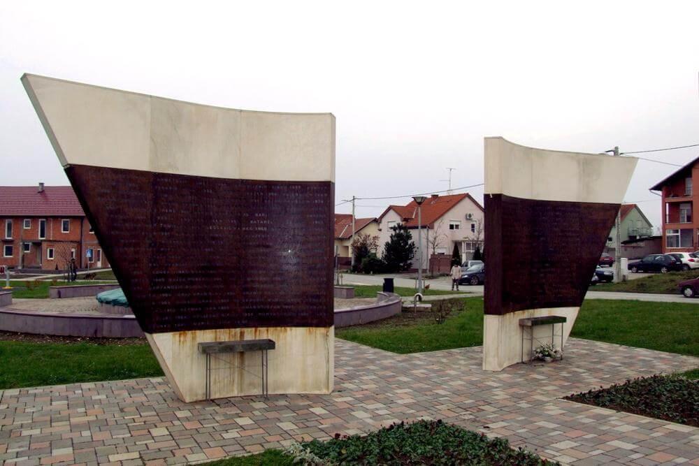 Spomenik na Trgu žrtava Ovčare - 01