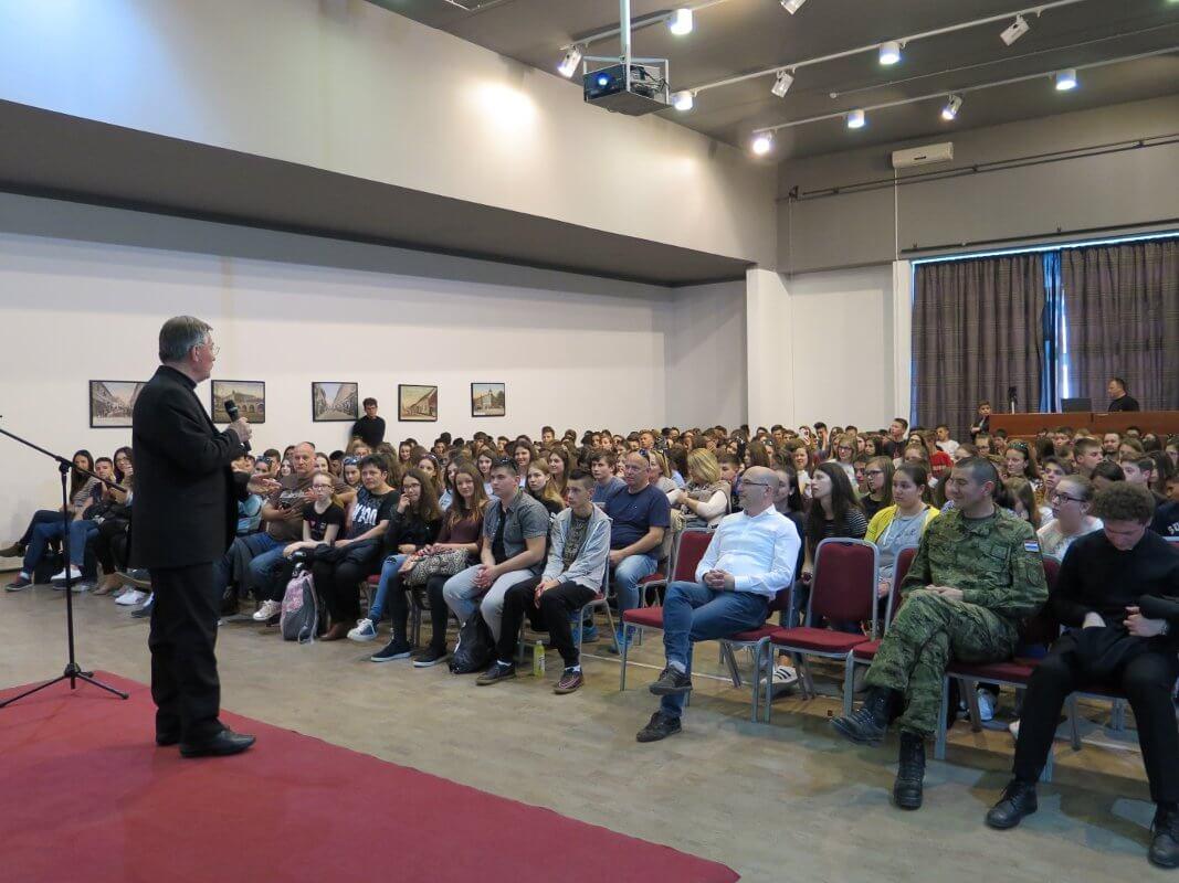 Mons. dr. Marin Barišić u Školi mira - 06