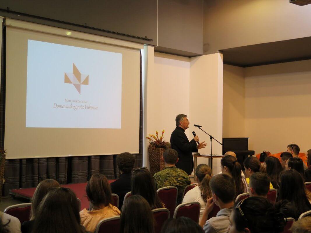 Mons. dr. Marin Barišić u Školi mira - 07